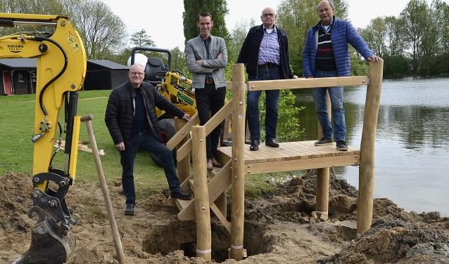Erwin Bomers (links) en Paul van Olden van Lionsclub en Joop Bolder en Roel Brocx van Stichting Vrienden van de Breuly zijn getuige van het plaatsen van het waterspeeltoestel. (foto: Ab Hendriks)