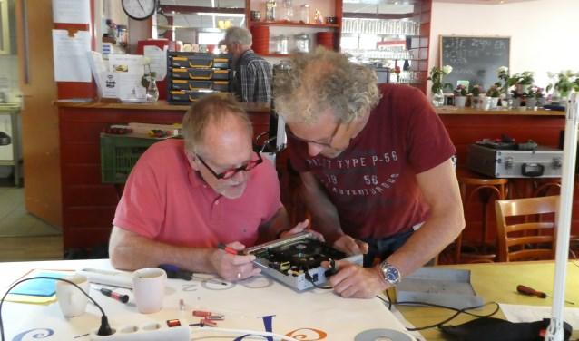 Veel vrijwilligers doen dit werk vooral ook omdat zij het leuk vinden om dingen te repareren, links Fred Boer en rechts Dick Lakerveld..