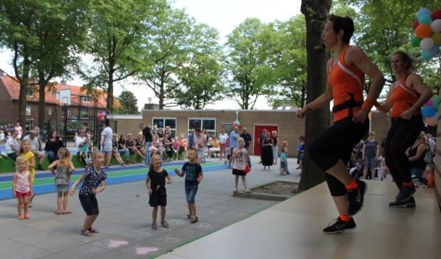 De kinderen werden 'opgewarmd' met dance. (Alle foto's: Martin Brink/Rijnpost)