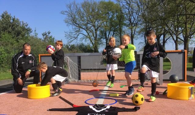 In de voetbalspeeltuin worden kinderen uit alle wijken van de stad beziggehouden met diverse spelvormen.