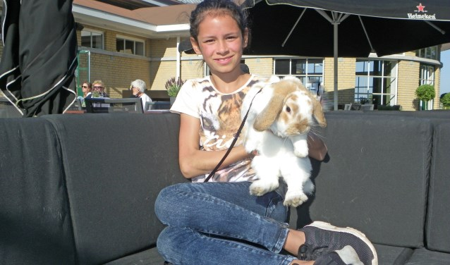 Abigail de Jong (11) houdt van natuur en van dieren, zoals haar konijn Raoul. Ze wil later bioloog worden.