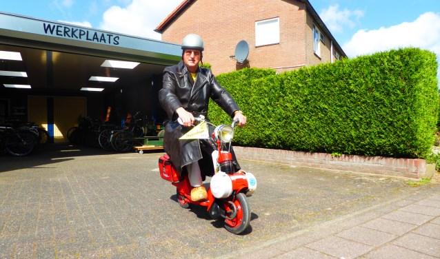 Frank Vonck, organisator van het evenement zeventig jaar Solex in Nederland op één van zijn vele Solexen. (foto: Marnix ten Brinke)
