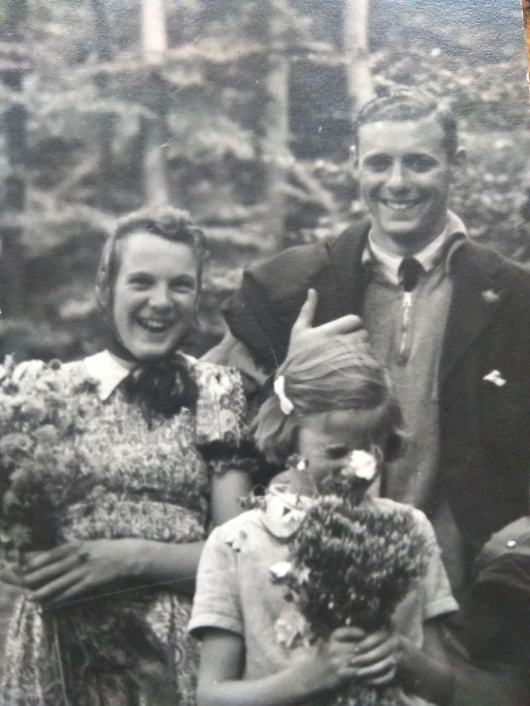 Adriaan van der Pol is op zoek naar het meisje links op de foto