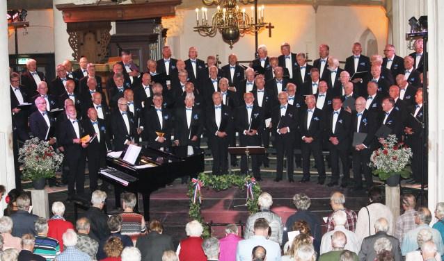 Zaterdag 5 mei, zong een goed gevulde Gudulakerk, samen met het Lochems Mannenkoor als slot van het programma het Wilhelmus.