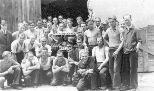 """Deze foto betreft slechts een gedeelte van de groep die waarschijnlijk uit meer dan 180 man zou hebben bestaan. """"Maar mogelijk worden er mannen herkend"""", zegt Cor Rieken (Foto uit het archief van Cor Rieken)."""