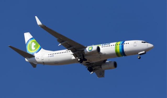Een Boeing 737-800 van Transavia vliegt woensdag op 5600 meter hoogte door het luchtruim om de geluidsoverlast te checken. Sociaal Zevenaar wil dat er met een ouder toestel wordt gevlogen, die meer geluid maken en fijnstof verspreiden. Dat is eerlijker. (foto: Shutterstock)