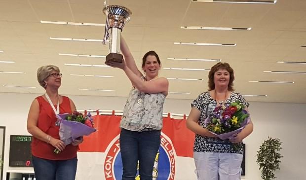 Nationaal kampioen Marissa Tervoert van de Winterswijkse Kegelbond, geflankeerd door Renate Kales (links) van de Haarlemse Kegelbond en Petra van Westerhuis (Oost Gelderse Kegelbond).
