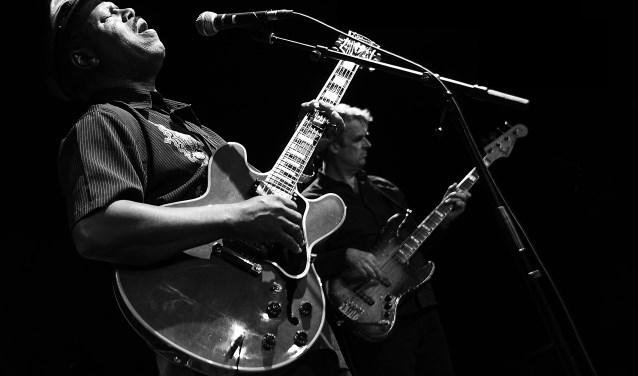 SaRon Crenshaw bespeelt een Gibson Lucille-gitaar die is voorzien van een signatuur van Big Boy King himself. SaRon luisterde veel naar B.B. King, blues en rhythm and blues-funk en speelde mee met wat hij hoorde.