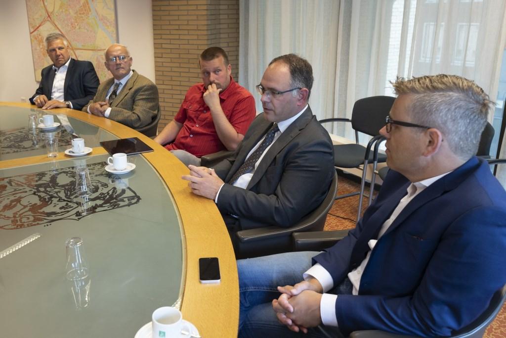 De vijf onderhandelaars die het akkoord sloten. V.l.n.r. Ton Overheid (CDA), Ad Los (EVR), Henk van Os (Partij 18Plus), Kees van der Duijn Schouten (SGP) en Robert Kooijman (CU). (foto Gem. Ridderkerk)