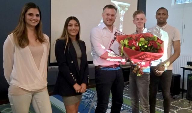 V.l.n.r.: Yvonne de Koster, Melisa Seker, Richard Stouthart (namens de winnaar), Bob van Delft en Myron Sijpenhof. FOTO: PR