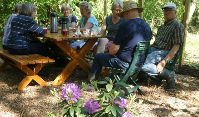 De nieuwe picknicktafel in de vlindertuin