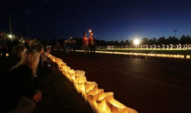 Het meest indrukwekkende moment is wel als de kaarsen ontstoken worden ter herinnering aan hen die door kanker het leven moesten laten. Dit jaar branden naar waarschijnlijkheid meer dan 6.000 kaarsen. FOTO: Jurgen van Hoof.