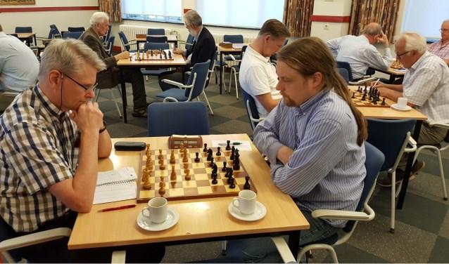 Chris van Oosterwijk (links) verraste door koploper Hotze Tette Hofstra te kloppen. (foto: Rinus van der Molen)