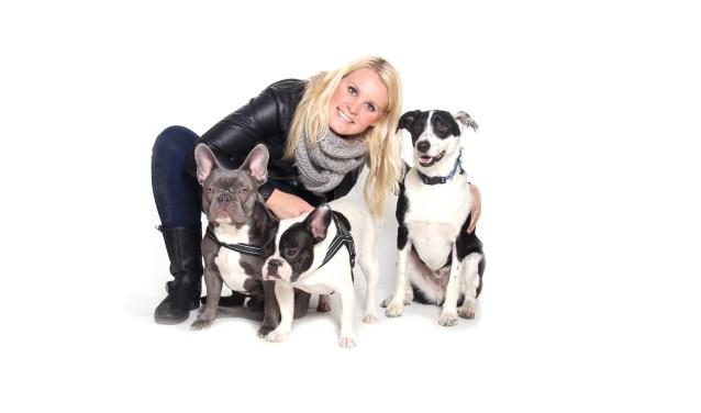 Organisator Milka Kraima-de Vries uit Soest met haar eigen drie honden. (Foto: Petpret Events and More)