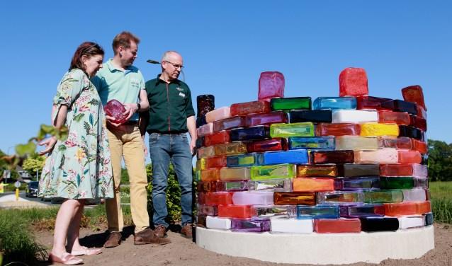 Maria Roosen, wethouder Jan Engels en Wim Meenk bij het kunstwerk Rondom dat bestaat uit ongeveer driehonderd glazen stenen. Het weegt in totaal 2500 kilo. (foto: Feikje Breimer)