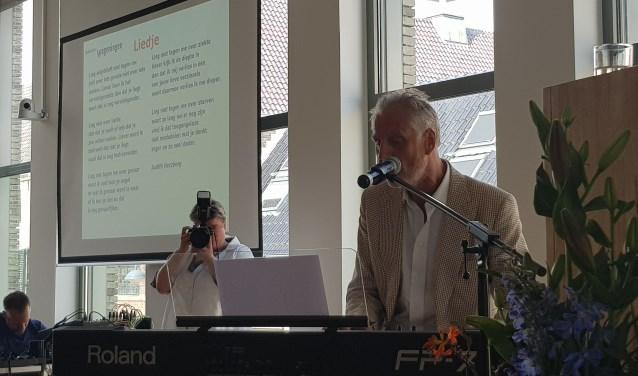 Tijdens zijn afscheidsrede zong Han ter Maat het gedicht 'Liedje' van Judith Herzberg. (foto: Kees Stap)