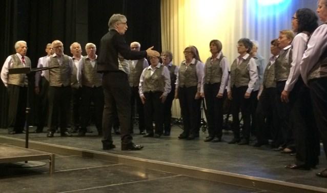 Onder leiding van Tiziano Zanetti zingt het Zwitserse koor Coro la Castellanza traditionele liederen over liefde, de bergen en Zwitserse familietradities. Het koor, dat dit jaar twintig jaar bestaat, was te gast bij Muziekvereniging Sint Jan uit Kilder. (foto: Karin van der Velden)