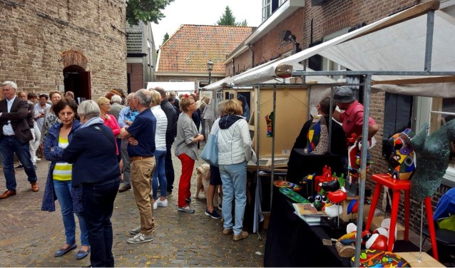 Alle geïnteresseerde (amateur)kunstenaars zijn welkom om deel te nemen aan de markt.