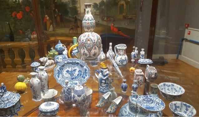 Een van de schatkamers van het Rijksmuseum Twenthe ligt vol aardewerk.