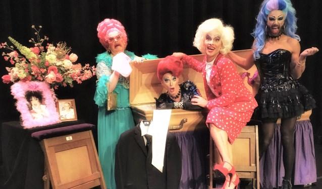 De vier acteurs als dragqueens laten zien dat toneel een interessante vorm is om in korte tijd veel duidelijk te maken. Foto: Arjan Boes
