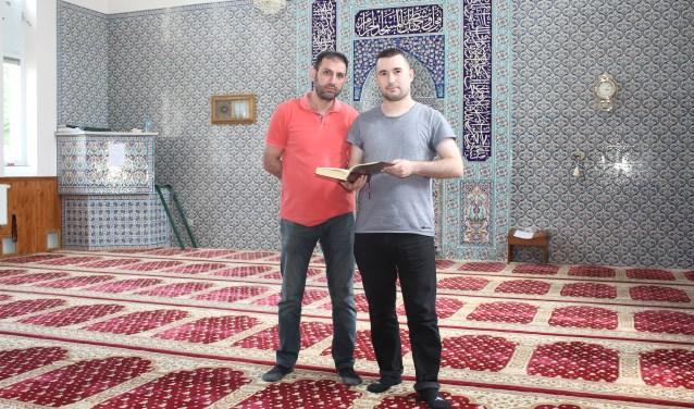 In de Selimiye moskee is iedereen van harte welkom. Ook scholen komen er voor een rondleiding. Vlnr, bestuurslid Ismail Bakis en penningmeester Fatih Uslu. (Foto: Arjen Dieperink)