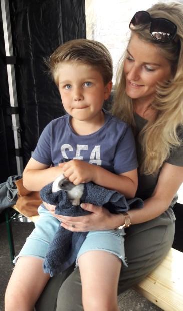 Tiago van 5 jaar vindt het ook leuk om een beestje te knuffelen.  © Persgroep