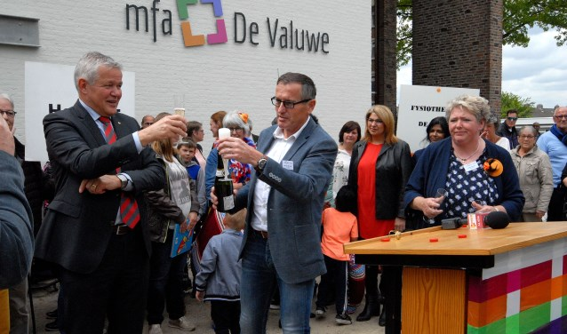 De champagne werd ontkurkt bij de opening van de nieuwe MFA de Valuwe. (foto: Tom Oosthout)