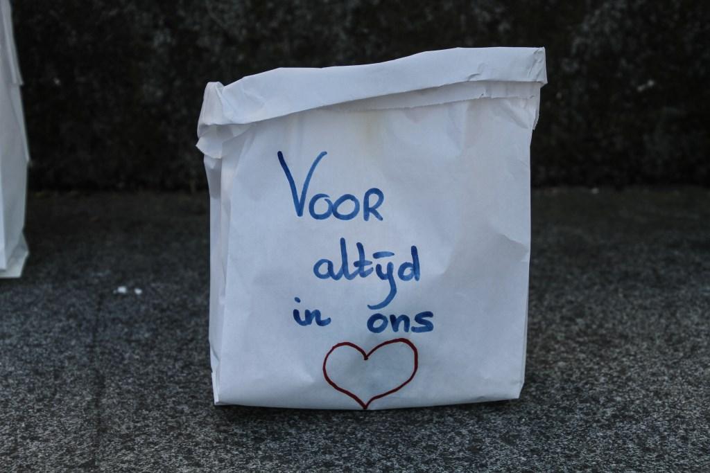 Een muur van kaarsen in zakken stelde een herdenkingsmonument voor. Op de zakken werden boodschappen geschreven. Foto: Danny van den Aarsen © Persgroep