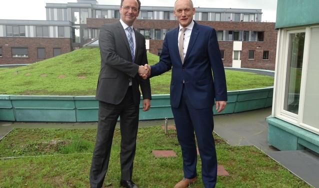 de heer Evers van Mastum Daksystemen en wethouder Hans Marchal op het dak van het huis van de Gemeente.
