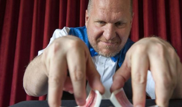 Goochelen is de passie van Maarten Nijenhuis uit Bemmel. Hij heeft altijd wel een spel kaarten bij zich voor een spontane truc. Enkele weken geleden was hij te zien in het veel bekeken tv-programma Voetbal Inside. (foto: Ellen Koelewijn)