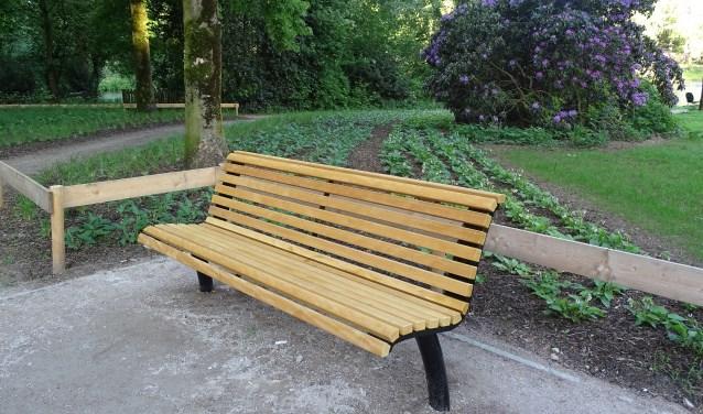 Het Proosdijpark heeft nieuwe banken gekregen die uitnodigen om in alle rust van het park te genieten.
