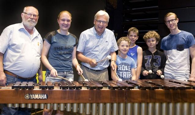 Oud burgemeester Wim Luijendijk neemt de marimba in gebruik. Foto: Stef Mennens/DRIELUIK fotografie