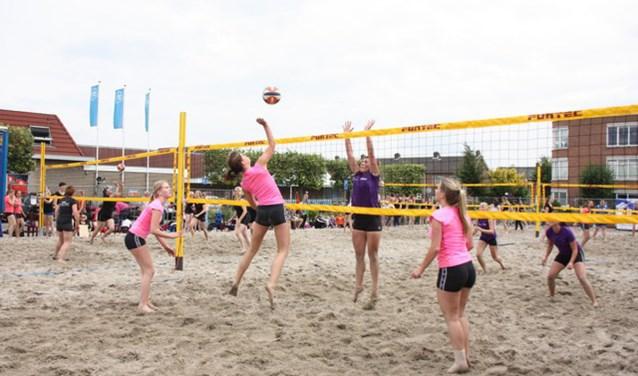 Bij het beachvolleybaltoernooi gaan naar verwachting meer dan 75 teams de strijd aan.