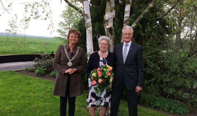 De heer en mevrouw Paauw-Lekkerkerker met burgemeester Van Hartskamp.(Foto gemeente Montfoort)