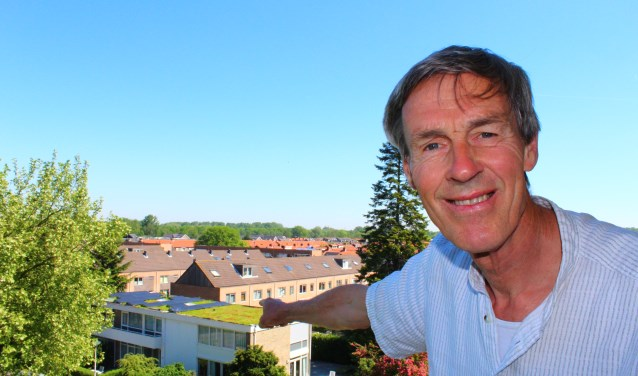 """Volkert Bakker: """"De mensen die in de flat tegenover ons wonen, kunnen van ons dak genieten."""" (Foto: Margriet van Dam)"""