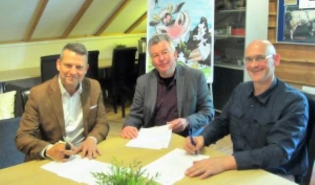 Onder toeziend oog van Ben Schuit zetten Nap en Van Winkoop hun handtekening. Foto: Cor ten Velde