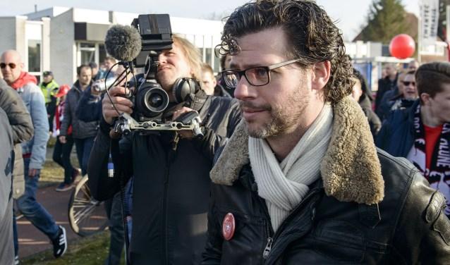 Erik Dijkstra speelde een rol in de documentaire 'Het Laatste Jaar van FC Twente' van filmmaker Erik Lassche (links). Destijds in 2016 degradeerde de club al bijna. Foto: Lars Smook / TC Tubantia
