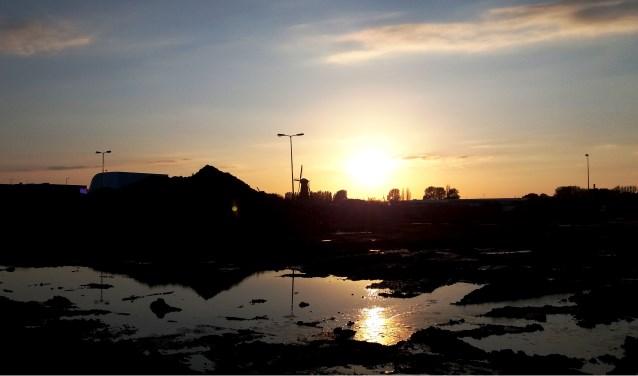 Deze foto maakte ik op dinsdagavond 1 mei. Hij is genomen in Spijkenisse, aan de Elementenweg, kijkend in de richting van de molen.