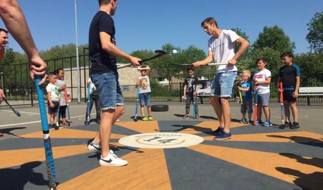 Tot en met donderdag 31 mei kunnen kinderen tussen de 6 en 12 jaar op verschillende locaties in Breda nog meedoen met de Urban Hockey Tour en gratis kennis komen maken met hockey en ook tricks en trucs leren.