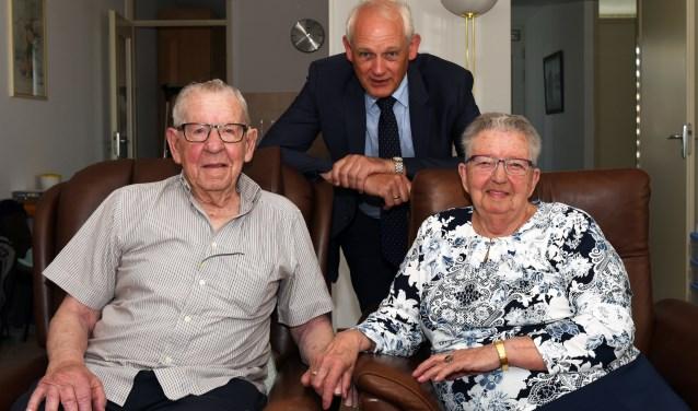 Burgemeester Lamers feliciteert het 65-jarig bruidspaar Maree-van der Zwan.