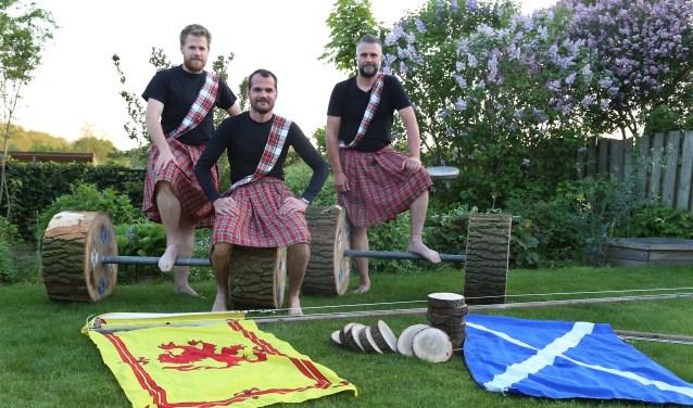Robin Nibbeling, Dirk Verbrugge en Arthur Rikken kijken vooruit naar de Highland Games Gassel. (foto Marco van den Broek).