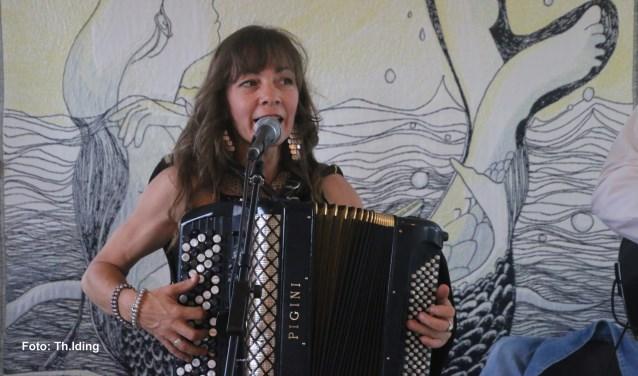 Alexandra zingt in 't Hongaars en Romanesj (zigeunertaal)