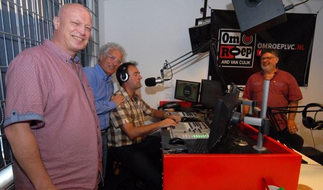Omroep LvC-hoofdredacteur Ton Hurkmans, de dj's Costa Yocarini en Henk Collee en bestuurder Lowie Althuizen (vlnr) in de omroepstudio in Sint Anthonis. (foto: Tom Oosthout)