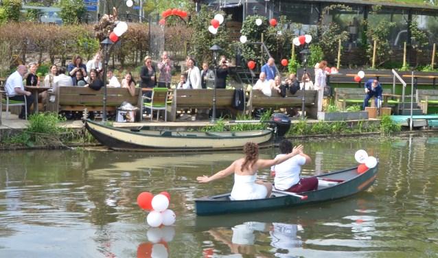 Anouk en Esra hebben vorige week maandag met vrienden en bekenden hun samenlevingscontract in de Pronckheer gevierd. Het paar kwam tot verrassing van hun gasten in een Canadese kano op deze locatie aan.