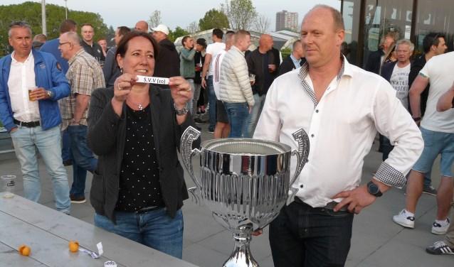 Vertrekkend sportwethouder Nathalie Gouweleeuw en Patrick Gunneweg van toernooi-sponsor DuoCar verrichtten de loting en zorgden voor een boeiende indeling.