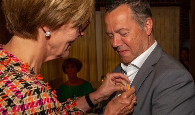 Edwin Bomers krijgt voorafgaand aan de open dag op Marveld een koninklijke onderscheiding opgespeld.