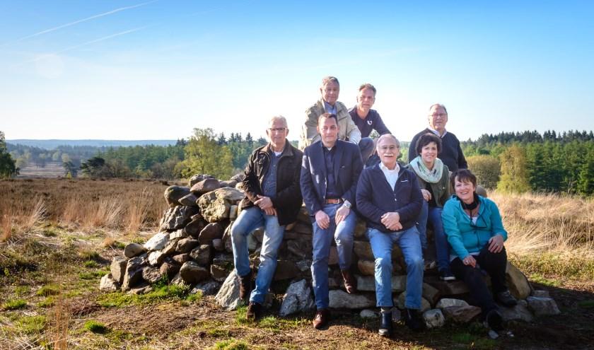 Het bestuur van stichting Vrienden van de Loenense Bossen met Wilma van Doorn helemaal rechts. De foto is genomen op de Stenen Bank. Die hebben ze als stichting weer teruggebracht in het bos, en is nu een aangename rustplek voor wandelaars van de gele zwerfkeien route.