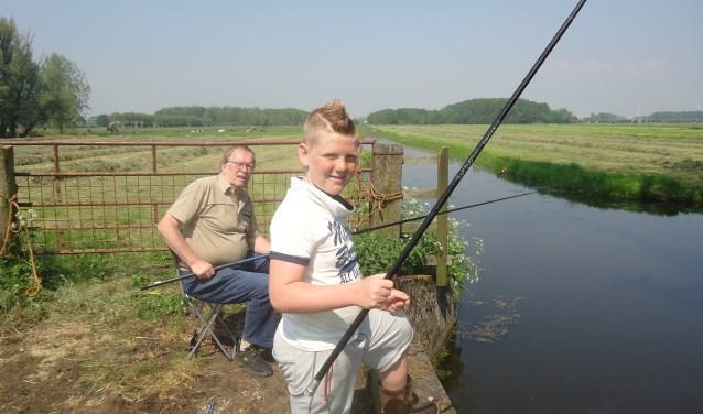 Henri is al bijna 45 jaar lid en heeft buurjongen Jack het vissen geleerd. FOTO: Julie Houben