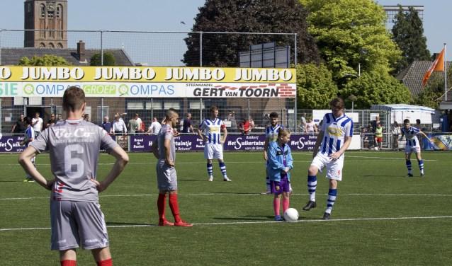De aftrap bij de laatste thuiswedstrijd van FC Lienden tegen Kozakken Boys