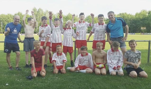 Het voetbalteam van OBS Het Waliën met de beide begeleiders.